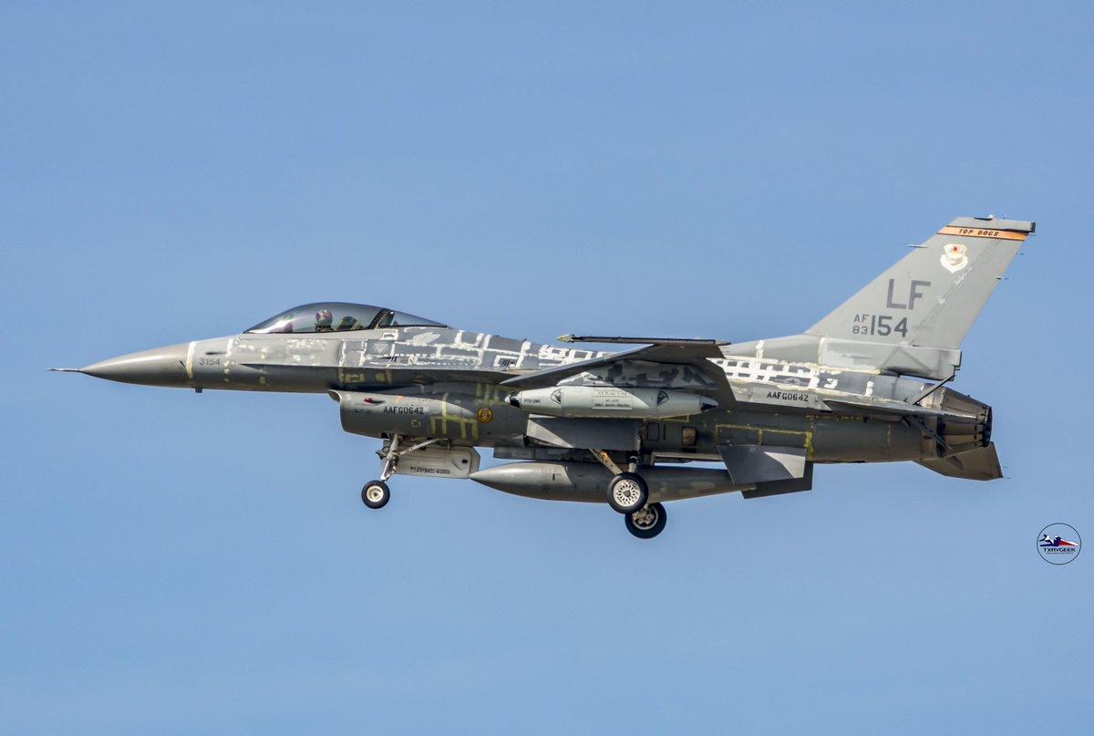 "F-16C ""83-1154"" on final for 18 at the JRB! #viper #f16fightingfalcon #avgeek @Combat_Journalpic.twitter.com/RLYSvyYEuc"