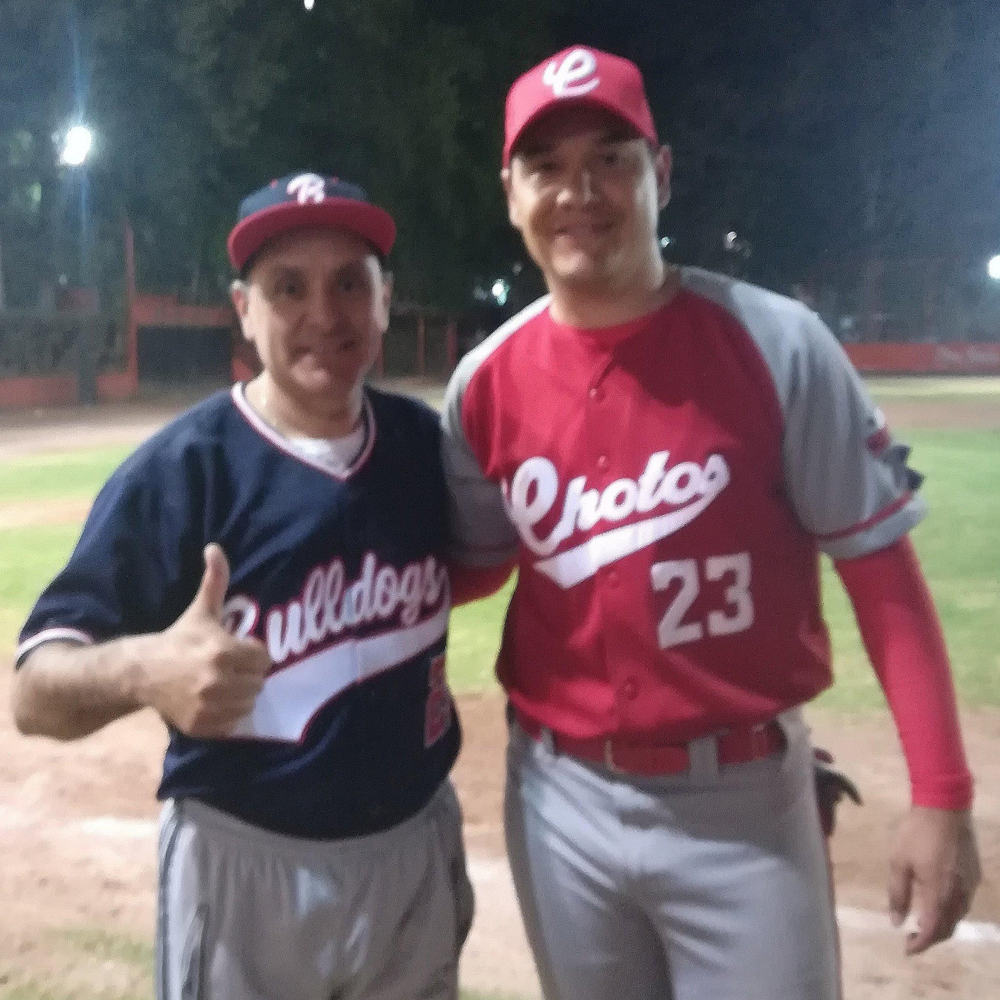 Moisés Muñoz disfruta su retiro como portero profesional practicando el béisbol.