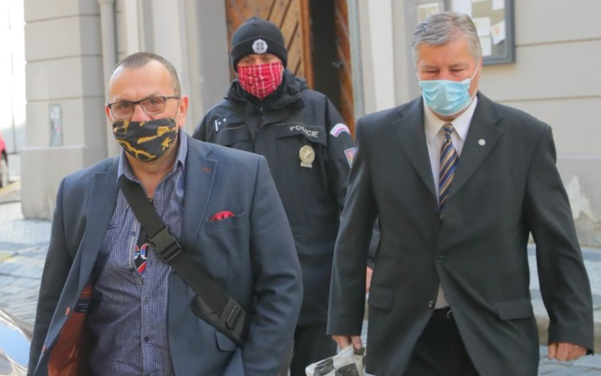Check out the Czech politicians rocking up to parliament yesterday, everyone in their own colorful and unique mask! (h/t  @masks4all) https://www.blesk.cz/galerie/zpravy-koronavirus/949566/rousky-ve-snemovne-kalousek-za-loupeznika-cernochova-zkousela-chobot-a-co-dalsi?foto=26