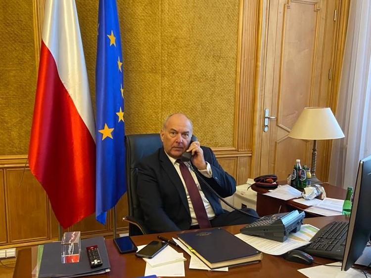 Minister finansów podczas telekonferencji z ministrami finansów UE.