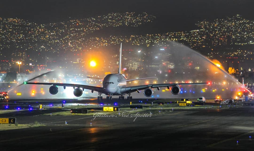 Bueno..... llegó el fin....el baño de despedida, la foto nocturna estática y la del último despegue del A380 en México, volveremos a ver un día uno en el @AICM_mx?  @airfrance @AirFranceMX #aviation #planespotting #spotting #avgeek #airfrance #megaaviation pic.twitter.com/gCmFKltWEM