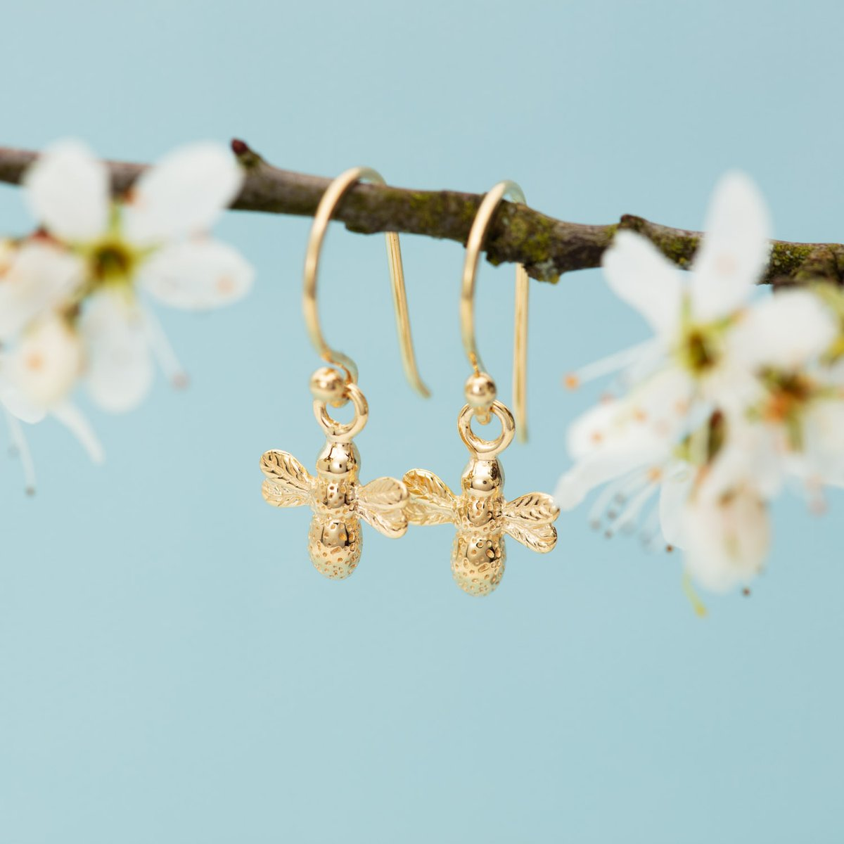 You can't lockdown Spring - daisies are springing up, the trees are greening and the blossom and #bees are out.  Why not send a personalised gift and make someone's day? We're open and sending #recycledsilver, hygenically packaged jewellery x #supportsmallbusiness #springpic.twitter.com/KG6bUvuPse