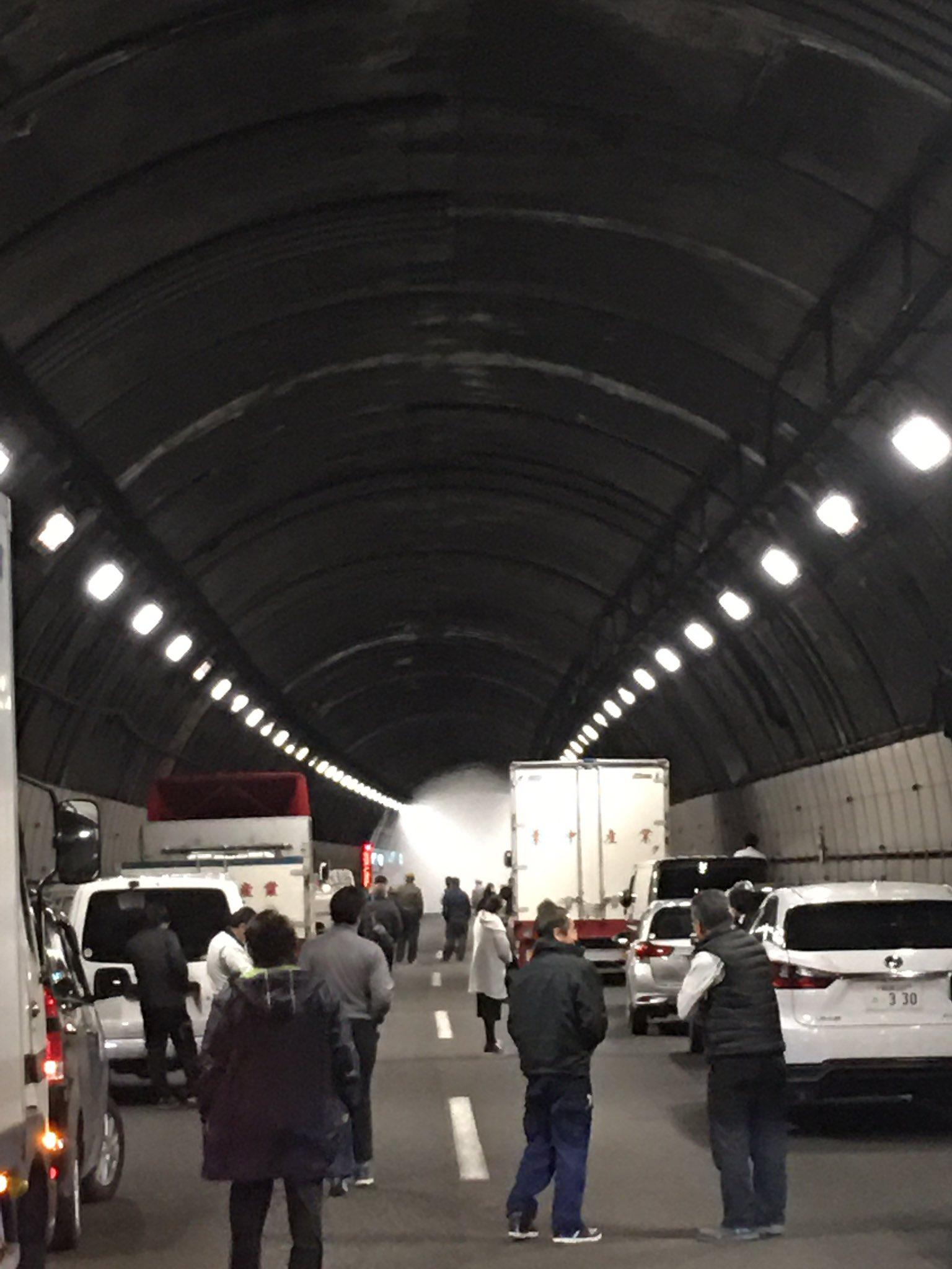 中央道の小仏トンネルで車両火災が発生している現場の画像
