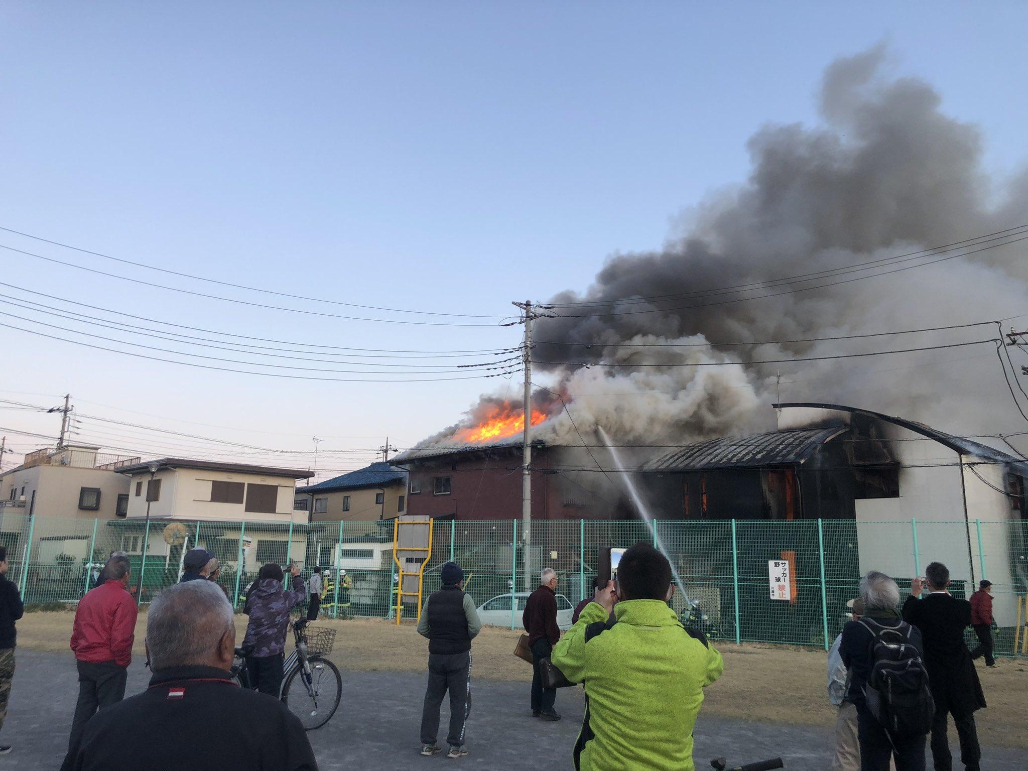 川越市の建物が全焼する勢いで燃えている火災現場の画像