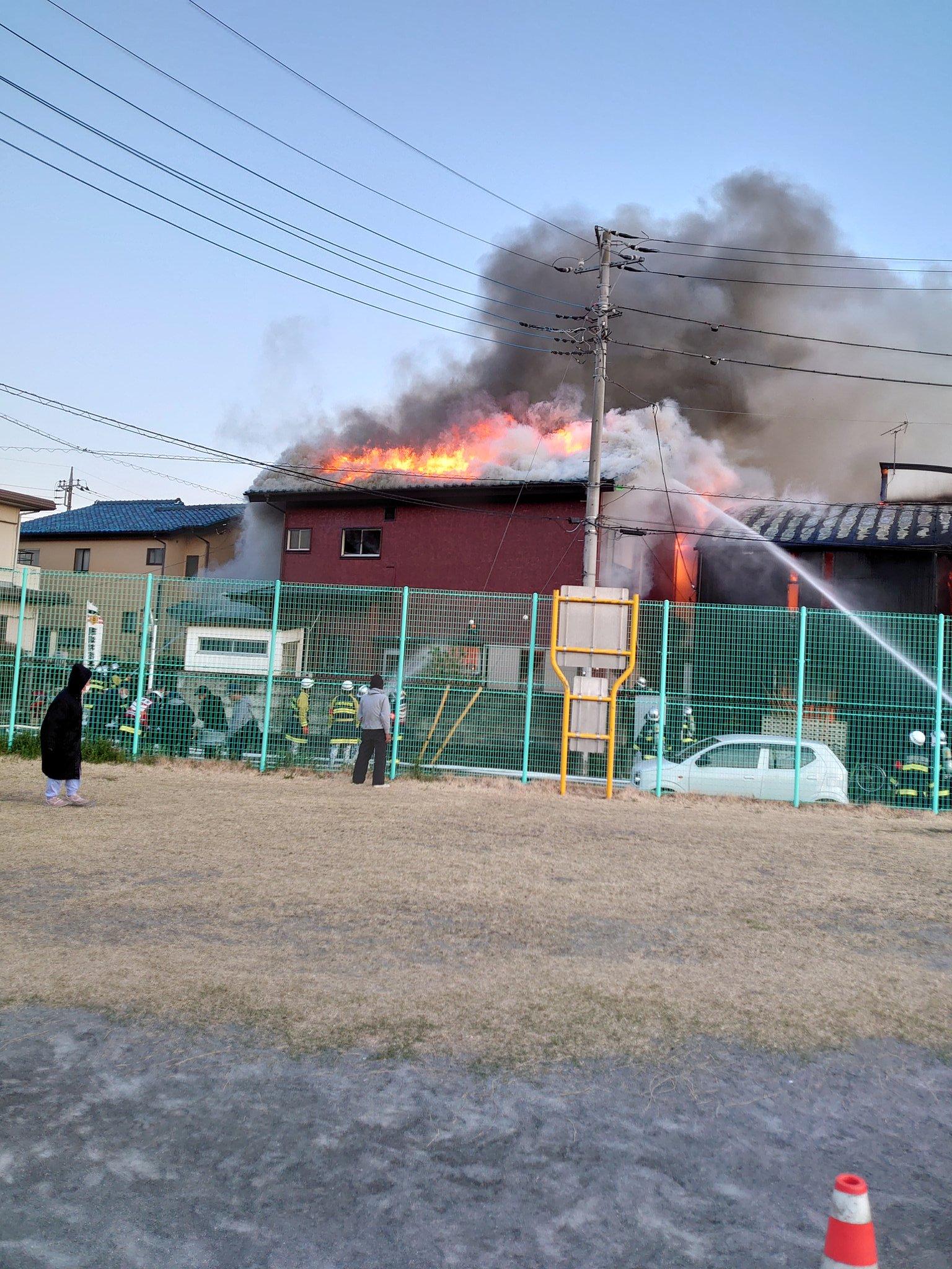 川越市吉田で住宅が炎上している火災現場の画像