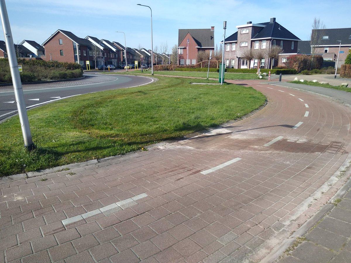 De grasmaaier van de Gemeente is stuk gegaan. Olielekkage, wat ook goed te zien is op de foto. Ben alleen benieuwd of ze dit ook netjes opruimen... @Gemeente_Assen   #milieu #verontreiniging #olie #HidegardvanBingenRotonde #kloosterveen https://t.co/SLKD8Te8FT