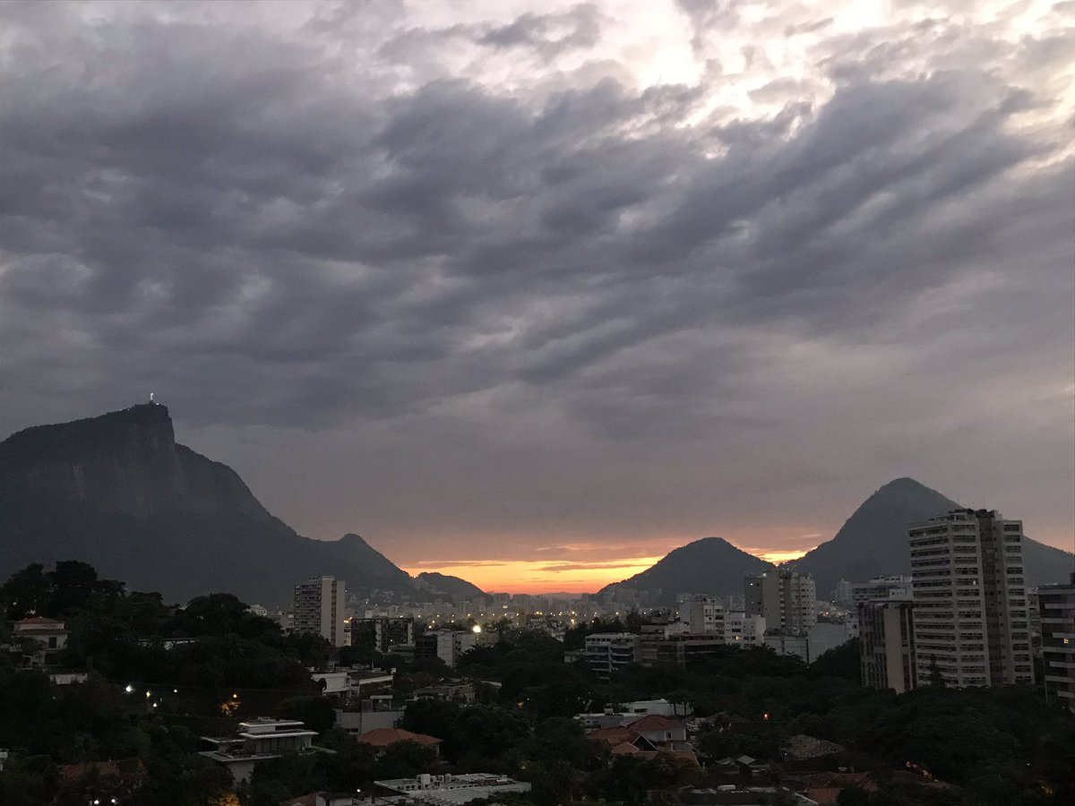For Canadians  in the States of #RioDeJaneiro #MinasGerais #EspíritoSanto  in need of consular assistance, the most efficient way to reach us is by email at rio-cs@international.gc.ca. Our advice is to return to  while commercial  are available by contacting your airline! pic.twitter.com/YyT9habrQo