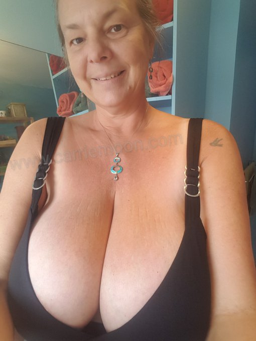 My requested cam outfit today. #backinblack #iamcanadian #milfcarriemoon #lovemycurves  #curvycanadiangirl