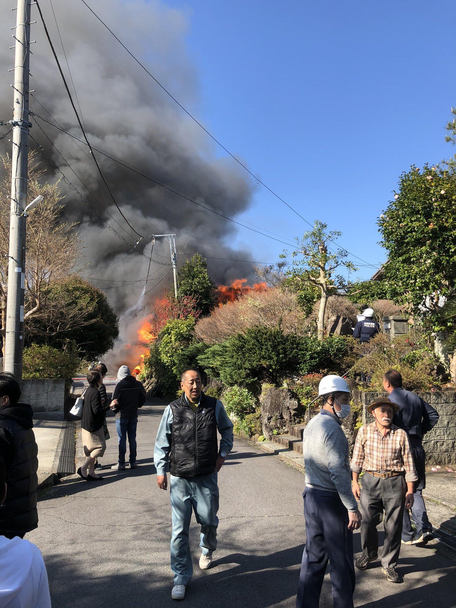 伊東市八幡野の伊豆高原で火事が起きている現場の画像