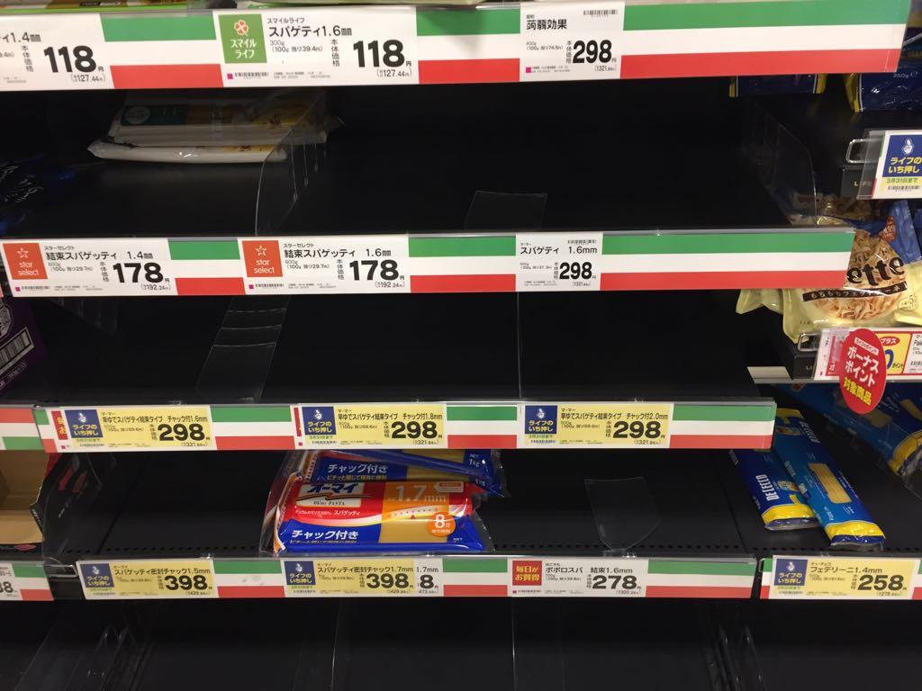 画像,やばいもうスーパー混んでいて、パスタとかうどんとかすっからかん https://t.co/zL4kxkNua8。