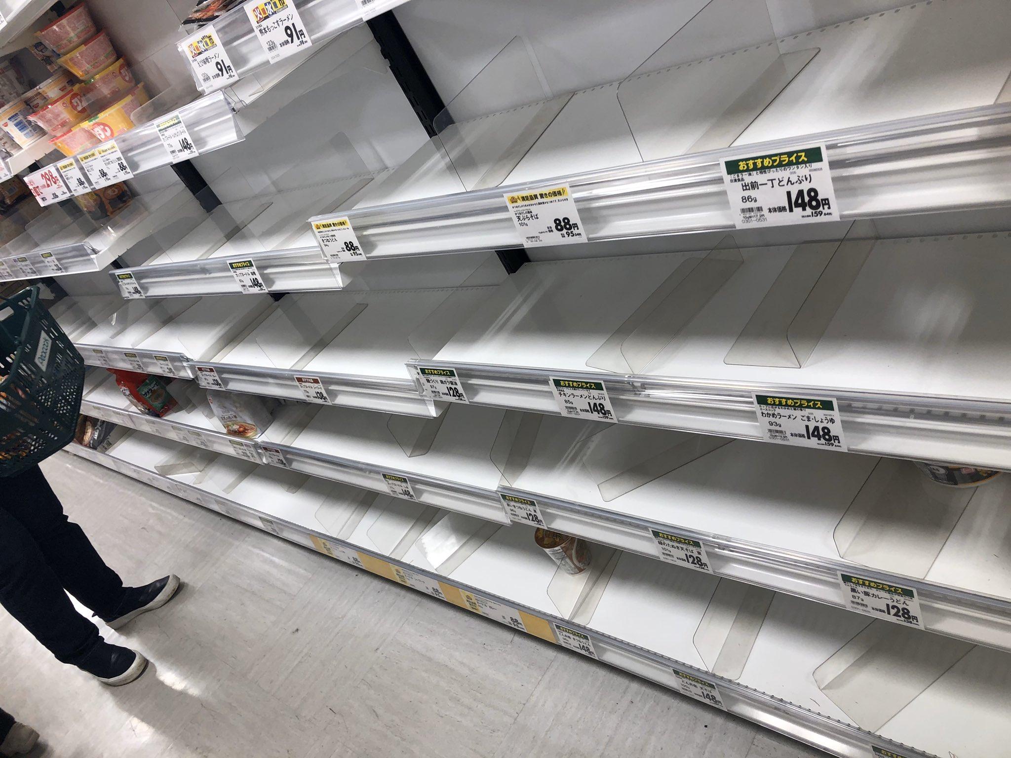 画像,ふつうにスーパー来たら長蛇の列と物資が米、カップ麺保存食に肉も全然無いじゃんか😢 https://t.co/jwJcvK318K…