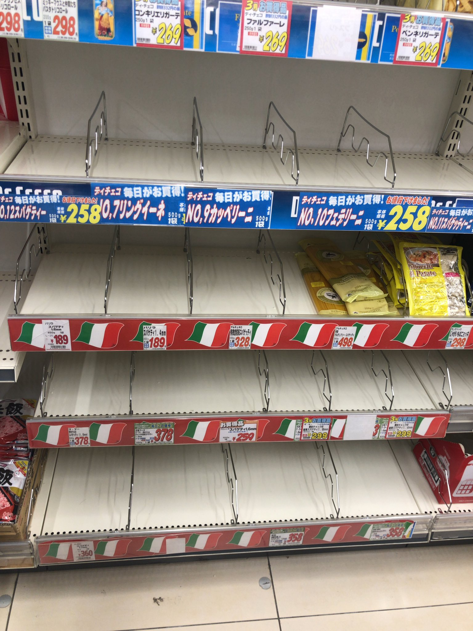 画像,スーパー来たらいろんな食材がなくなってる😨レジの列もいつもの2,3倍ある。 https://t.co/xJ9pMqhWx8…