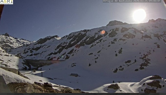 Buenas. Se nota la entrada de aire frío desde el interior de Europa. -6C° en Respomuso y -7.6C° en Bachimaña. Esta tarde podría nevar algo, de momento ☀️. Espesores: 142cm Respomuso. 44cm Bachimaña.