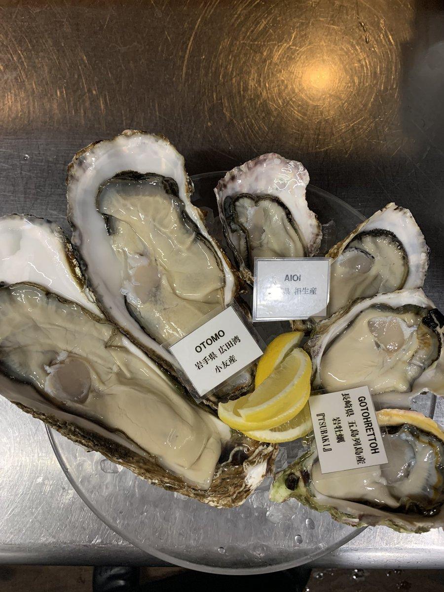 いやいや、、、小友さん…  デカすぎでしょ  岩牡蠣が小さく見える…  絶対1口じゃ食べれないな  #生牡蠣 #オイスターpic.twitter.com/COT0lcmjn7