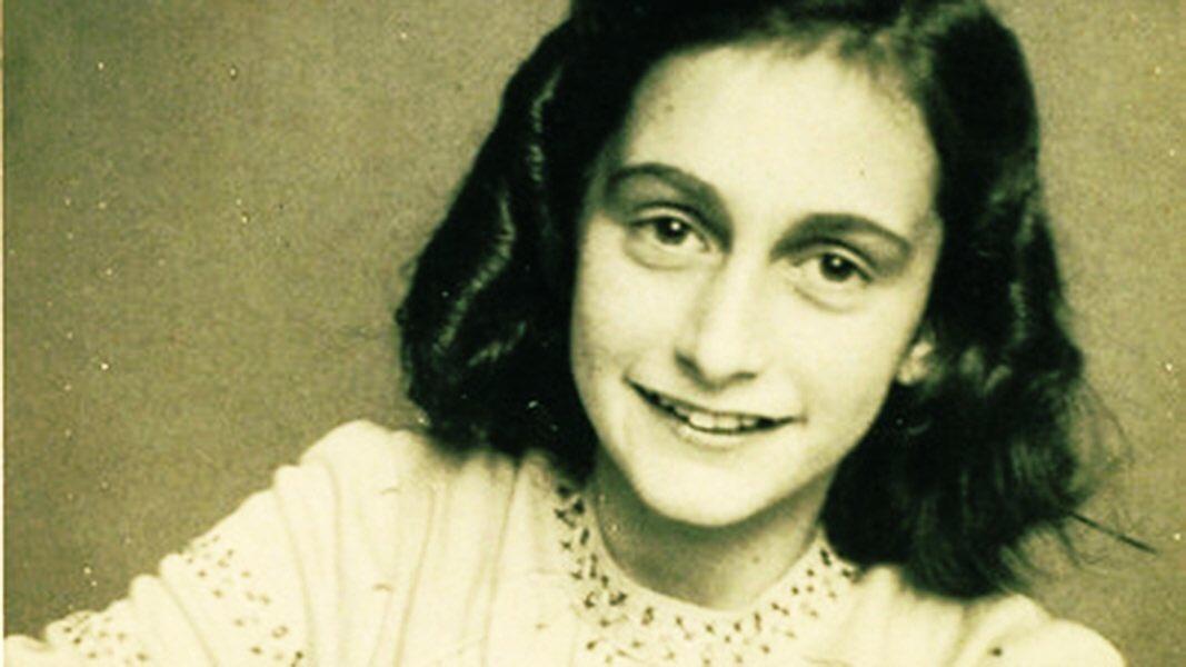 """Durante más de 2 años, Ana Frank vivió en 'la casa de atrás' en Amsterdam, escondiéndose de los nazis. No pudo salir.   ¿Cómo afrontó Ana su confinamiento?  """"No pienso en toda la miseria, sino en la belleza que aún permanece."""""""