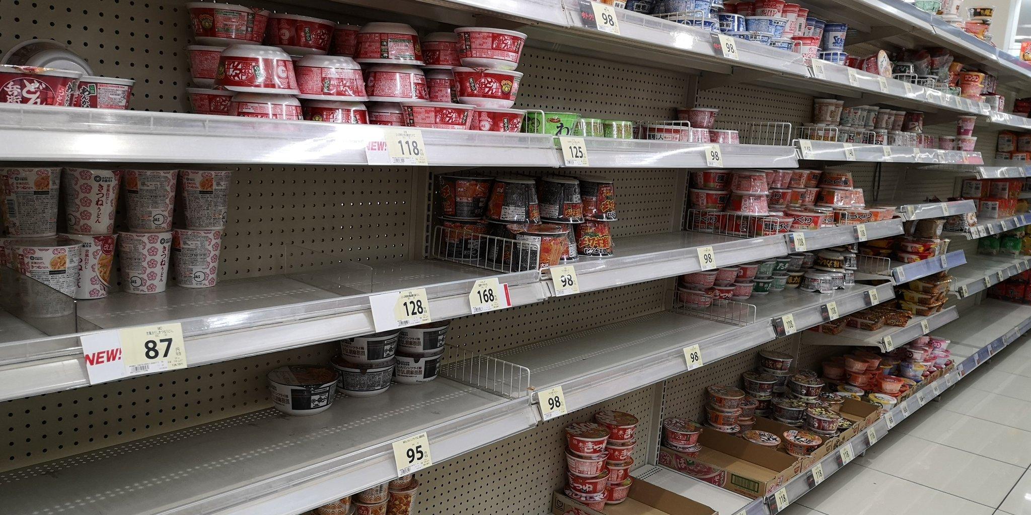 画像,スーパーに行ったらめっちゃ人がいて、レジに長蛇の列が!何事?って思いながら店内回ったら、品薄な棚が多く、特にカップ麺や冷凍食品の棚がガラーンとしてた。どうやらま…