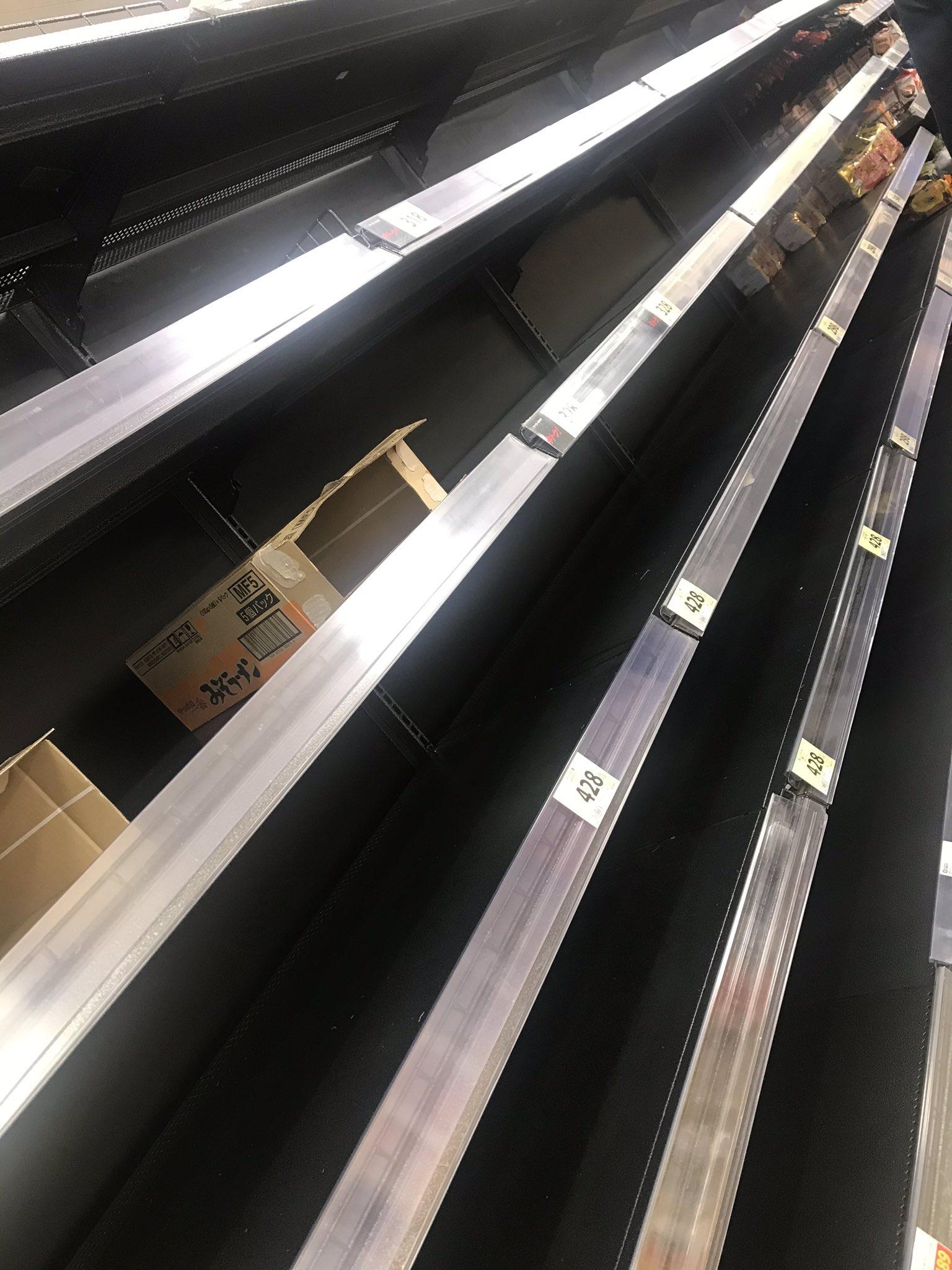 画像,週末外出自粛要請をした小池都知事の会見の数十分後の近所のスーパーの様子😱既に日持ちする食品が品切れ状態でレジも大行列。。。 https://t.co/0KUus…