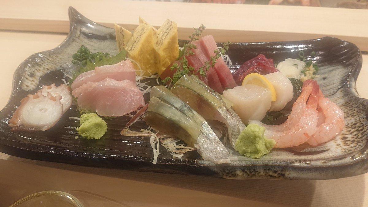 鮨ゆうじん@豊田 2度目です。頼んだのは刺し盛り、銀ダラの西京焼き、アスパラ焼き、大しめじバター、さより、平貝、ヤリイカ、ウニ。特にシメサバがデラウマでした。今日は日本酒に手を出してしまいました。花邑・雄町。ヤバい酒でした。 #日野市 #鮨 #寿司 #すし #sushi #ゆうじんpic.twitter.com/yHJf0yUB80