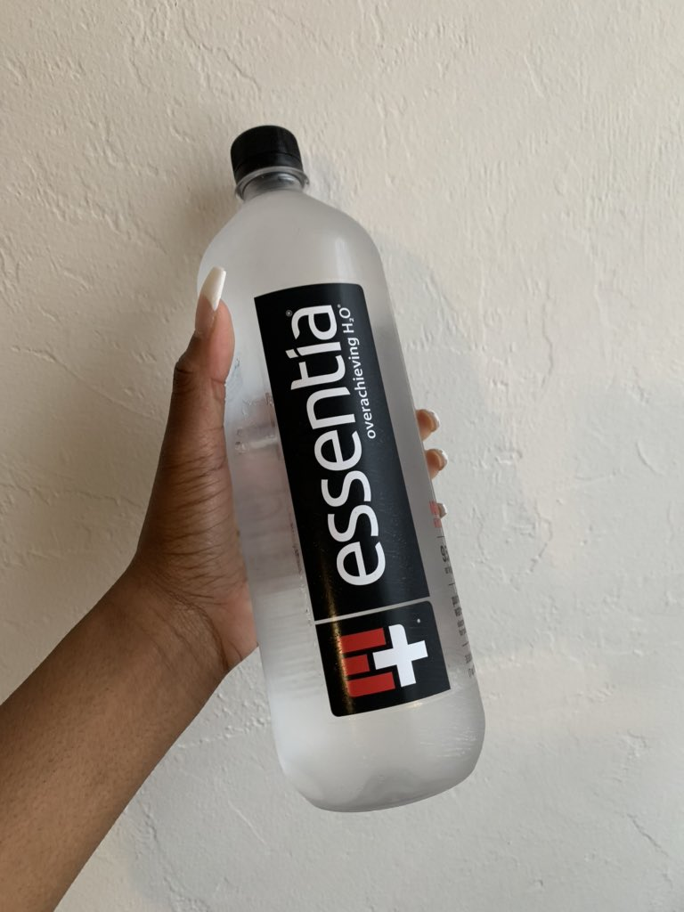 @essentiawater is my favorite water. And this here is my last bottle! I gotta drink it in rations 😭 https://t.co/3aTEAChkUO