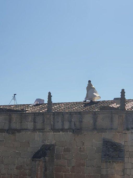 의 미디어: RT @MrInsustancial: El cura de Arroyo de la Luz (Cáceres) da la misa desde el tejado de la iglesia.