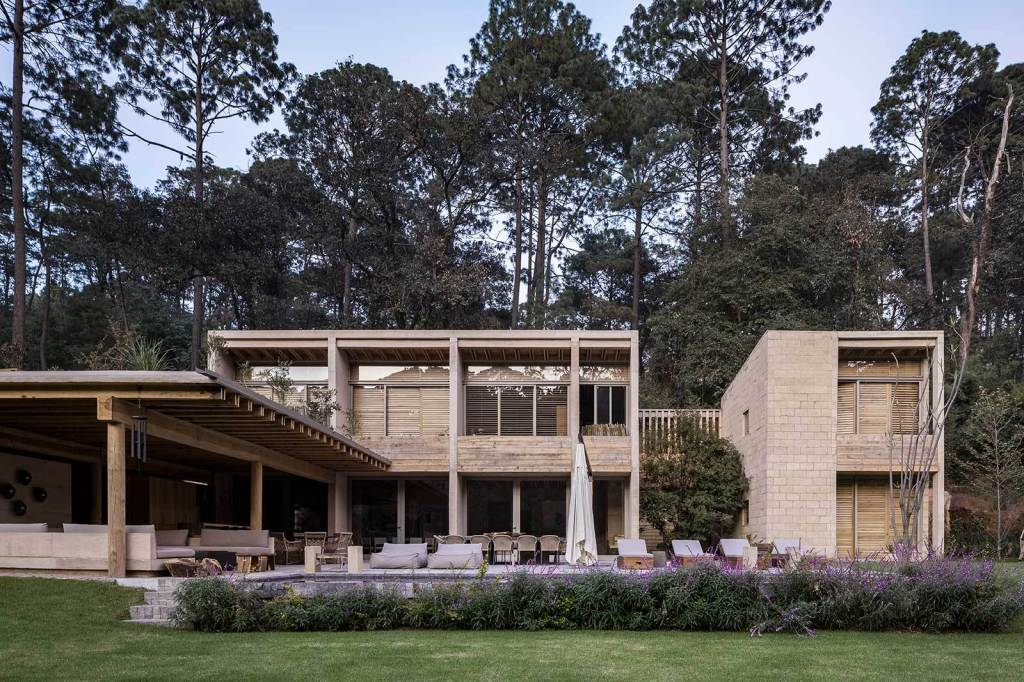 Architecture studio Taller Hector Barroso completed in 2019 House in Avandaro in the Bravo Valley located 150 kilometers west from Mexico City. #MexicanArchitecture #HectorBarroso #RetreatHouse https://archeyes.com/house-avandaro-taller-hector-barroso/…pic.twitter.com/o4oiaKOfJf