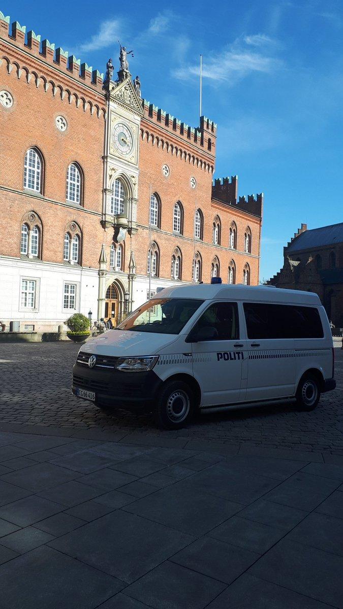 Den mobile politistation er i dag til stede i Odense #politidk https://t.co/p0E430towH