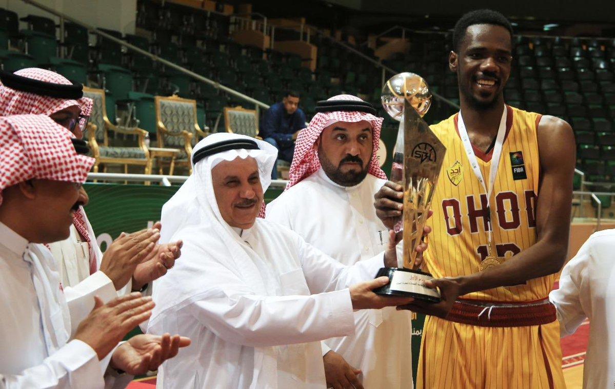 رئيس الاتحاد السعودي لكرة السلة عبدالرحمن المسعد يتوج نادي #أحد بكأس بطولة الدوري الممتاز لكرة السلة  @OHOD1936 https://t.co/wLDuavIZiK