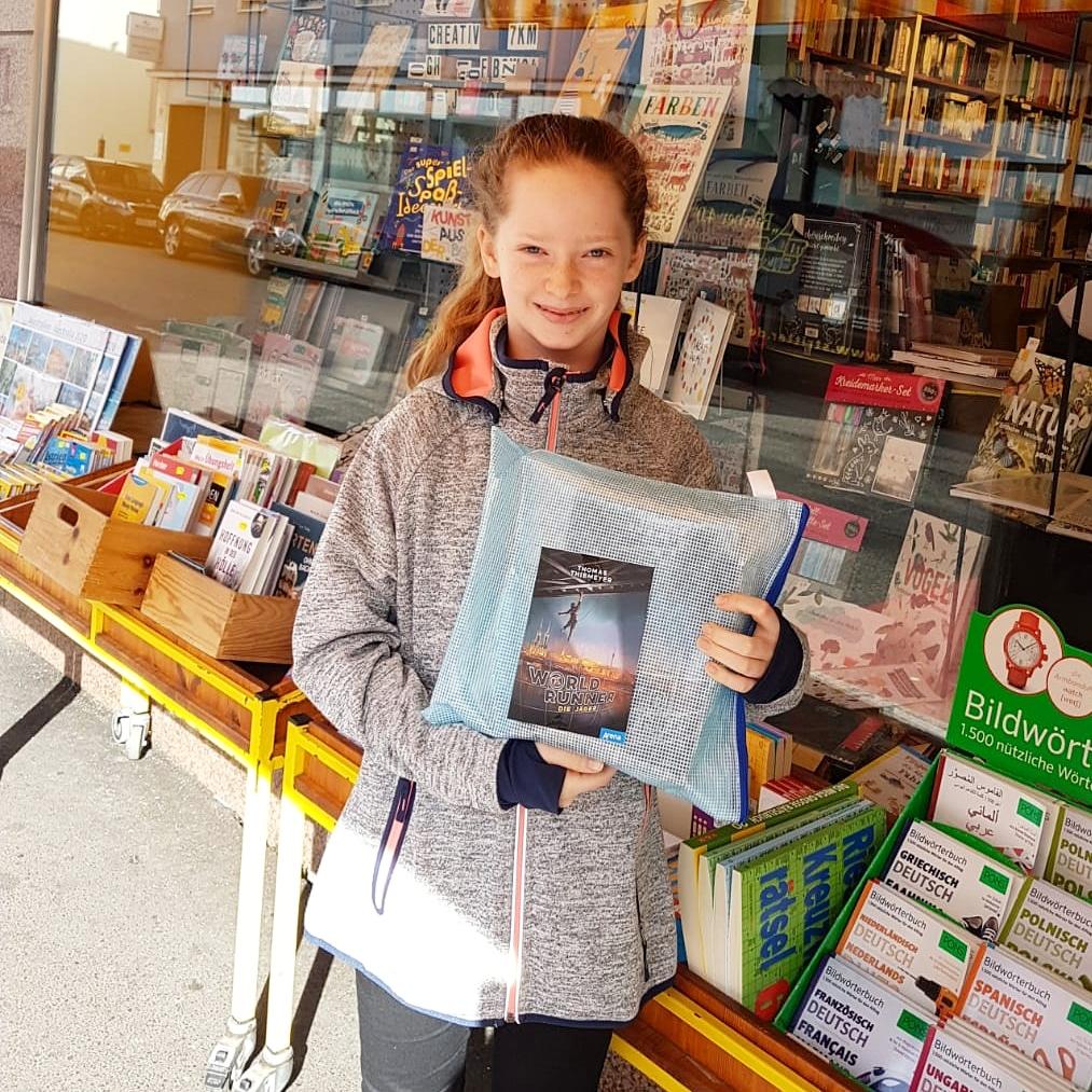 Glückliche Jette! ...jetzt können 5 Wochen unterrichtsfreie Zeit kommen  Habt ihr schon Euch schon ein Exemplar von #WorldRunner gesichert? Es gibt noch welche zu finden... schaut mal bei @arena_verlag oder @tthiemeyer vorbei!  #geocaching #Bücherhamstern #lieberlesenpic.twitter.com/k2trfBVStz