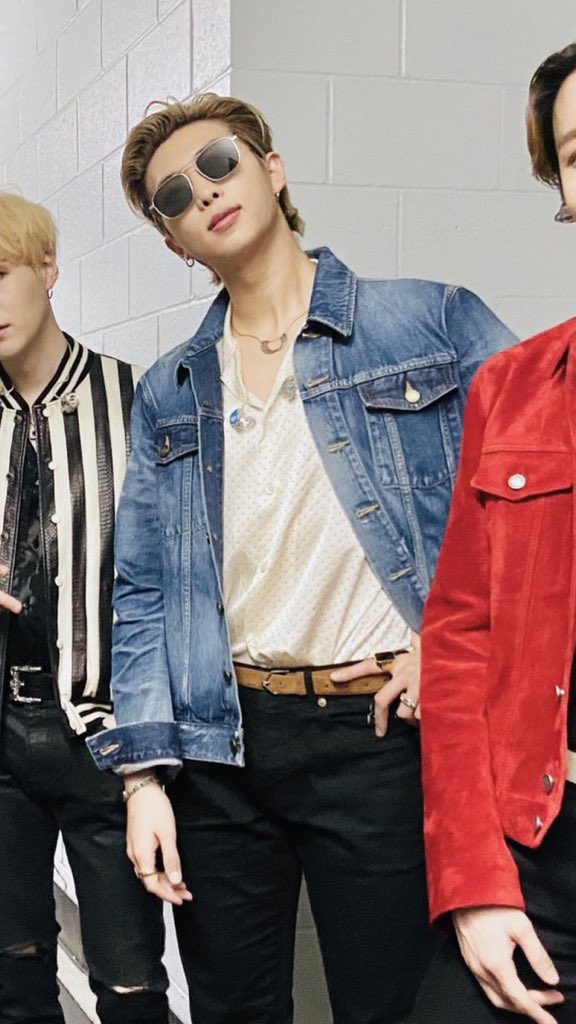 Guys, we don't talk about this look enough. Kim Namjoon in this ensemble is something that graces my thoughts on a daily basis. DAYLEEBAYSIS  I'm—someone help me please.  #2020grammys #kimnamjoon #bts #btsarmy @BTS_twtpic.twitter.com/h1ZMY5d0DY