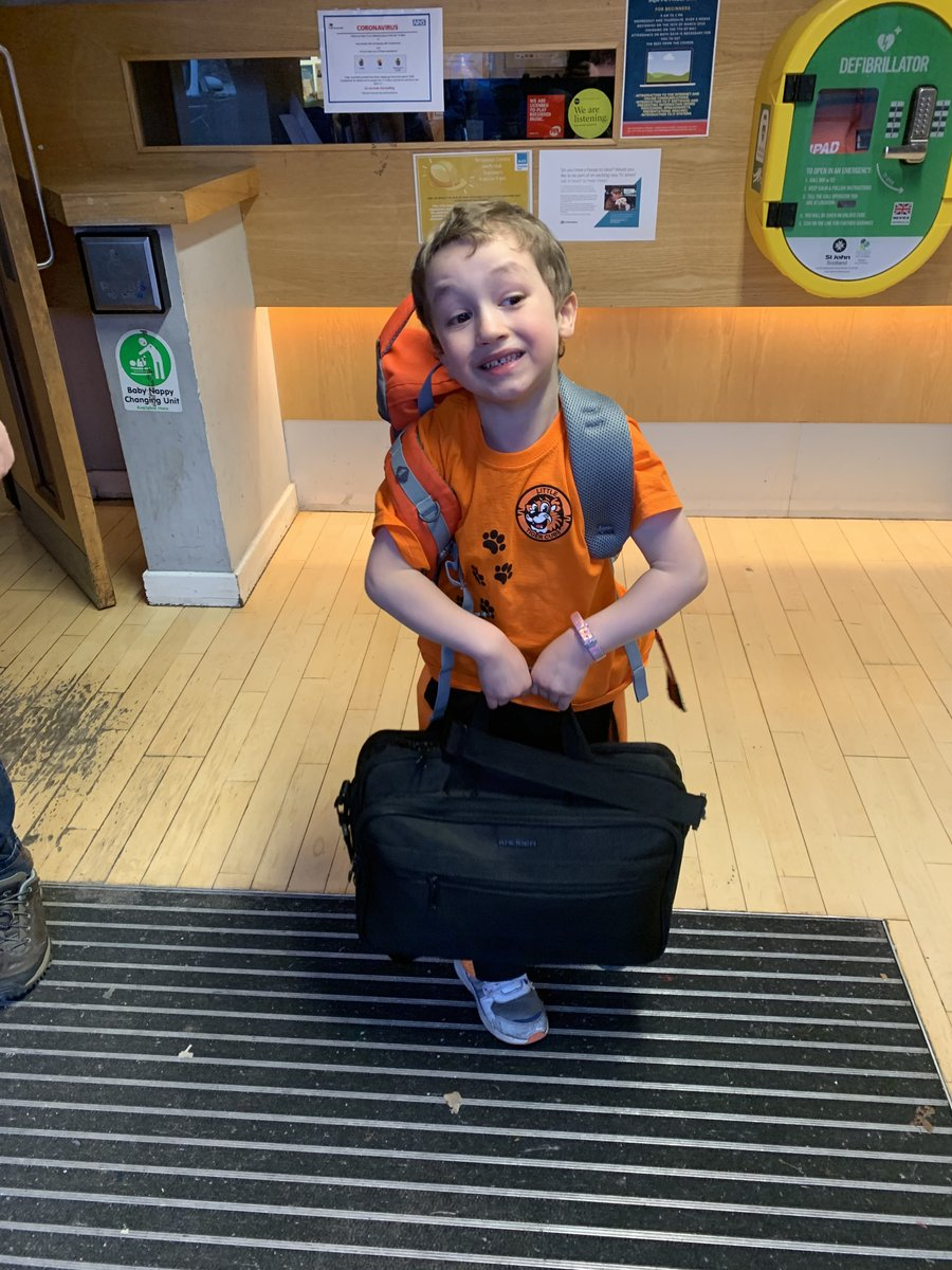 How #awesome is this?! Harris very kindly offered to help me carry my bags, this one was a bit heavy for him but he decided he wanted to work on his #strength and #perseverance! Thanks for your help wee man http://www.uktc.co.uk/our-locations  #littletigercubs #ltc #uktc #helpingpic.twitter.com/mEnbUslDB8
