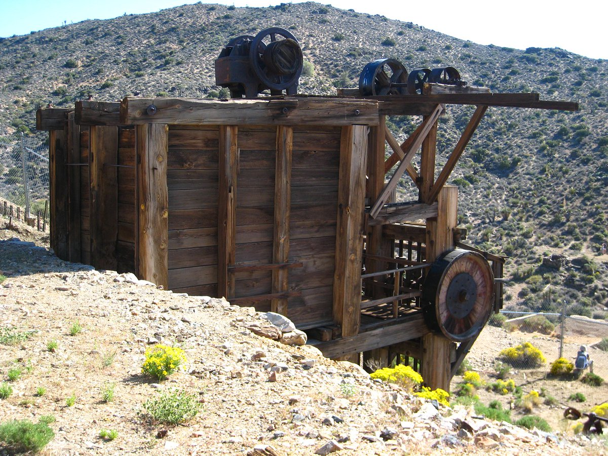 Hike where the ruins of old ranches and gold mines stand as monuments to men's Herculean efforts and shattered dreams #joshuatreenps #mojave #californiadesert  https://t2m.io/VNW03vGq pic.twitter.com/U7YfYb4B3M