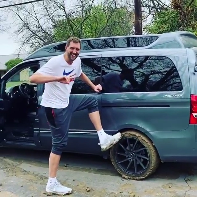 Dirk called @DeronWilliams to help him after getting his minivan stuck in the mud 😂 https://t.co/3hcINKhop5