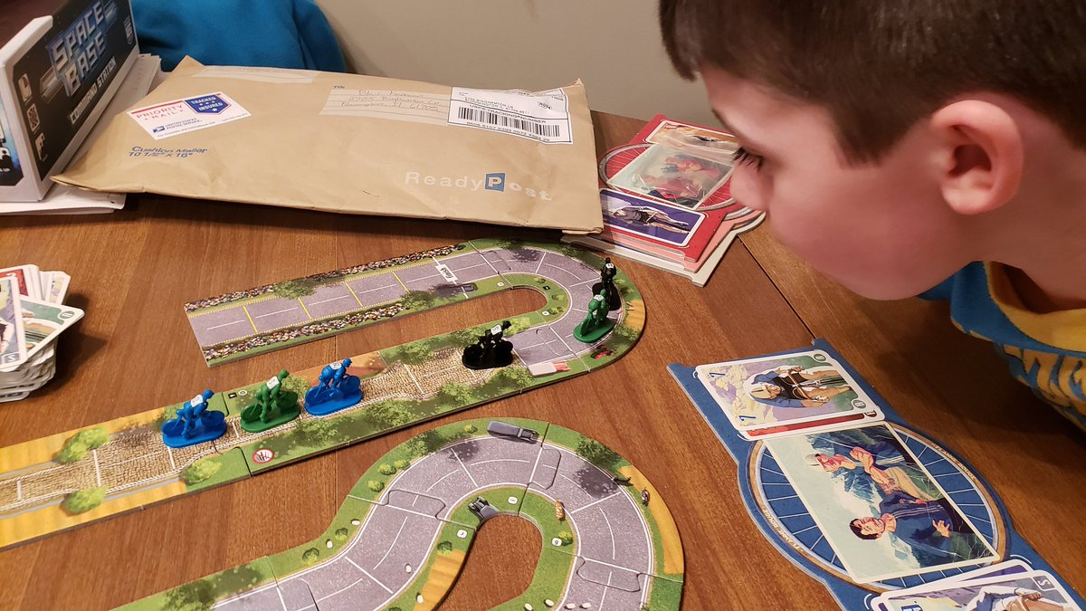 Finishing off the weekend strong with a game of Flamme Rouge with a close sprint to the finish! @StrongholdGames @MyBoardMind @AdeptLibrarium https://t.co/ERZq49omrx