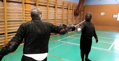 Aprovechando estos días de retiro en los domicilios, recuperamos un vídeo antiguo de ejercicios simples con acciones de acometimiento y sus respuestas más usuales.  #AEEA #Destreza #Esgrima #EsgrimaHistorica #Espada #Fencing #Sword #HEMA #YoMeQuedoEnCasa  https://t.co/uN0jkTxIUo https://t.co/5iWjYstkaJ