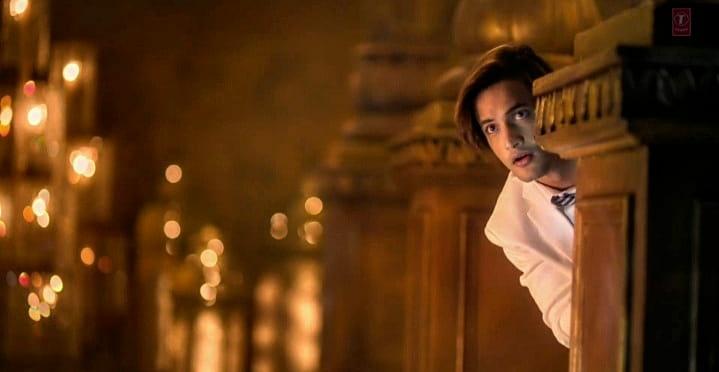 Asim Riaz looking good in Mere Angne Mein Music Video