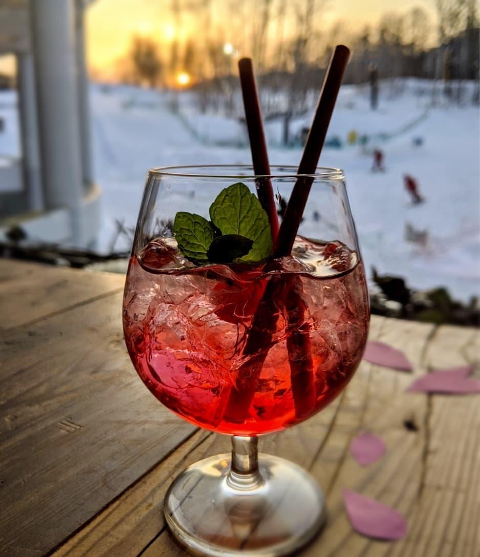 """雪景色のニセコに桜が咲きました!🌸 #カクテル """"サクラ・ドロップス"""" は、レストラン副支配人でバーテンダーでもある松崎竜司による新作のオリジナル。桜のリキュールに爽やかな白ワイン 北海道ケルナーを合せました❤ 4月より2Fメルトバーでお楽しみいただけます。  #ヒルトンニセコビレッジ#桜 https://t.co/BT1pTjmE2J"""
