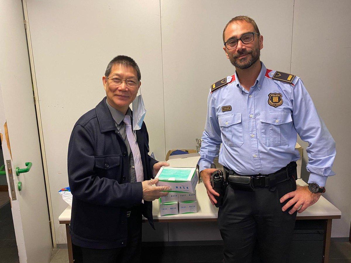 La comunitat xinesa a Catalunya ha lliurat material sanitari per combatre el #coronavirus a diverses comissaries del territori. Moltes gràcies per la vostra solidaritat. Junts som més forts! https://t.co/IWcLPjmlGF