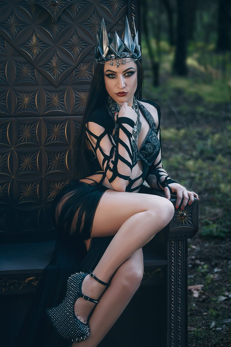 Dark Queen: Happy Monday to all! Sweet Kisses! #divine-goth #goth #goths #gothgoth #gothgothgoth #gothique #gothaesthetic #gothic #gothicbeauty #gothlife #alternative #gothgirl #gothgirls #darkfashion #style #fashion #darkstyle #alternativefashion #vampirepic.twitter.com/lmDlHjIpvA
