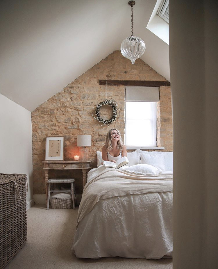Well, Spring has certainly sprung in @thelittlestonecottage's bedroom. White sheets and floral wreaths are on hand to give your space a fresh new feel https://t.co/o51RvtxCtW https://t.co/3Im61PXAuh