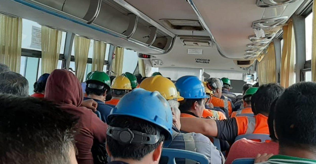 Foto: Trabajadores mineros transportados en un bus el lunes 16 de marzo por la empresa china Shougang, pese a que decreto supremo lo impedía / Fuente: Fuerza Obrera Shougang