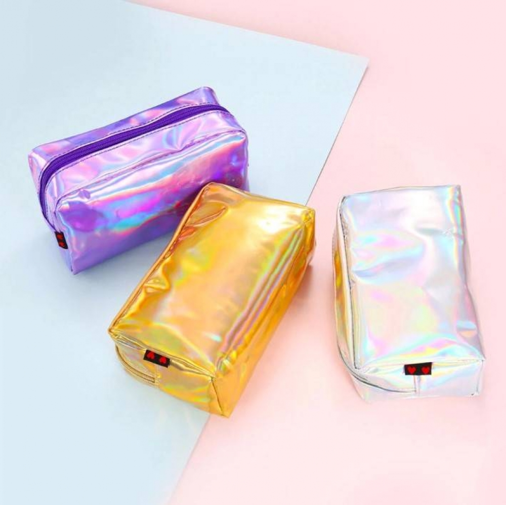 #womanwithstyle #lookinspiration Holographic Style Makeup Bagpic.twitter.com/Ch0dNJGAF5