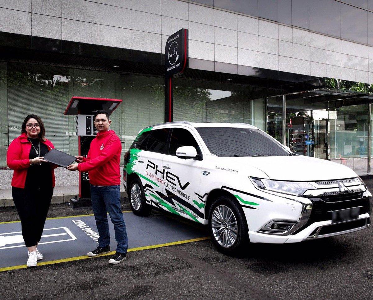 Mitsubishi Motors Indonesia dengan Mitsubishi Outlander PHEV mendukung pemakaian mobil listrik yang ramah lingkungan sebagai fasilitas publik.  Langkah ini untuk mengajak masyarakat menikmati perjalanan bersama Outlander PHEV untuk mengubah mobilitas yang ramah lingkungan.