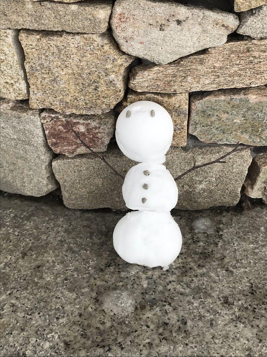 #雪だるま 発見!その11 リゾート内で見つけた、お客様の作った雪だるまをご紹介🎶 雪だるまつくーろぅー🎤❄  頭、胴体、足までしっかりとバランスの取れているだるまさんですが、これはまるで「だんご三兄弟」のようにも見えますね🍡😃 #ヒルトンニセコビレッジ #snowman https://t.co/887Evv26aq