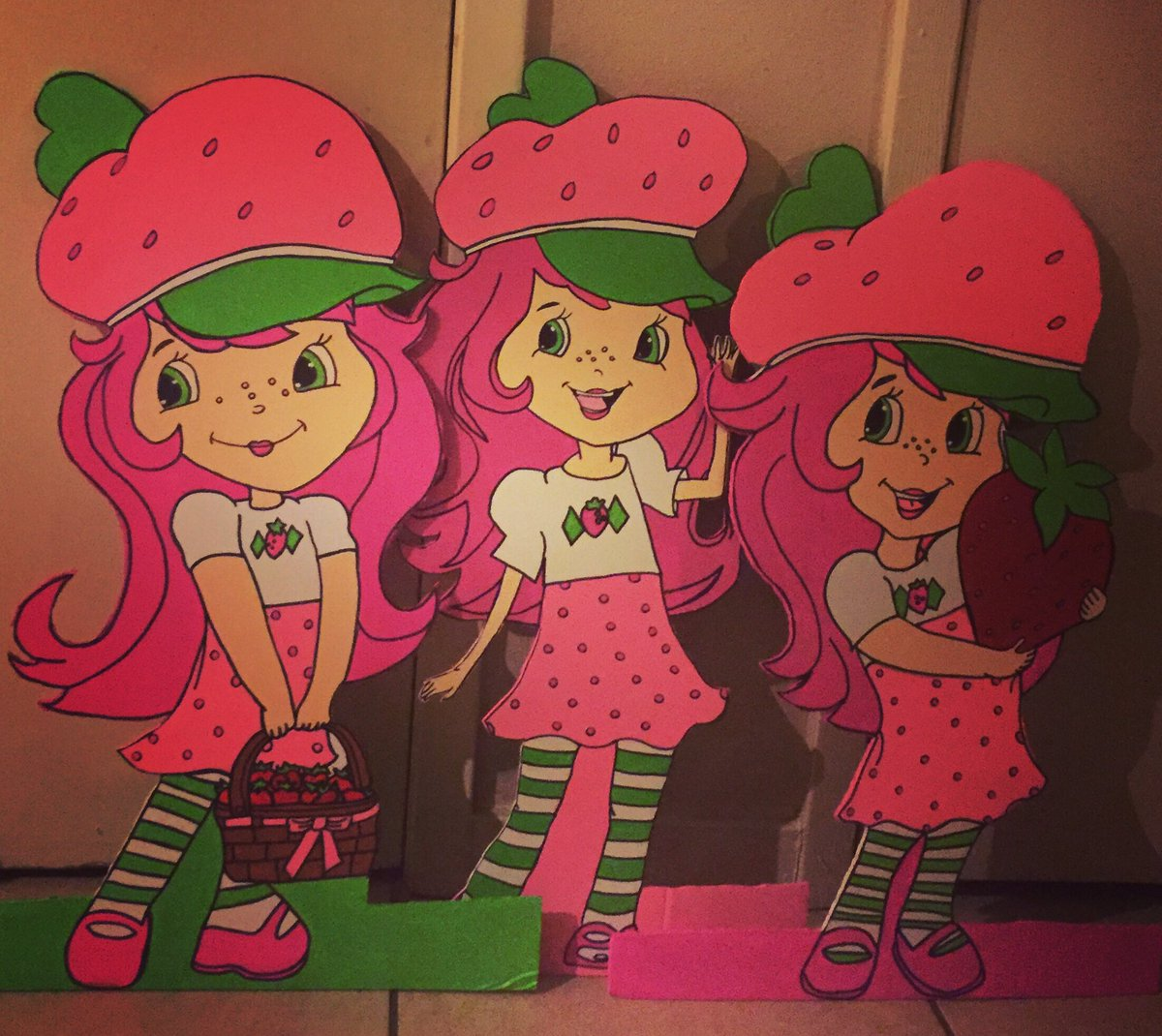 STRAWBERRY SHORTCAKE GIRLS I DID FOR A B-DAY PARTY #partyprops #strawberryshortcakegirl #partycenterpieces #SupportBlackBusiness #Supportblackartists #blackart #kidsroomdecorpic.twitter.com/vS1p14Y9Gm