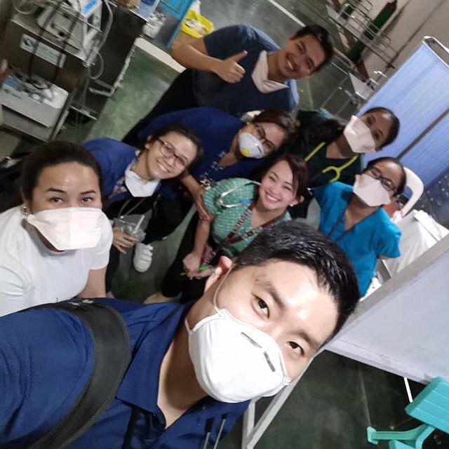 My brother in the ER of PGH. He's one of the frontliners as a Pediatric Infectious Diseases doctor. Hindi muna siya uuwi hanggang April.   Dami raw nagpapadala sa kanila ng pagkain! Let's keep it coming :) Nakaka-high morale! Maraming salamat sa ating mga frontliners! https://t.co/pwtBpsUVGp