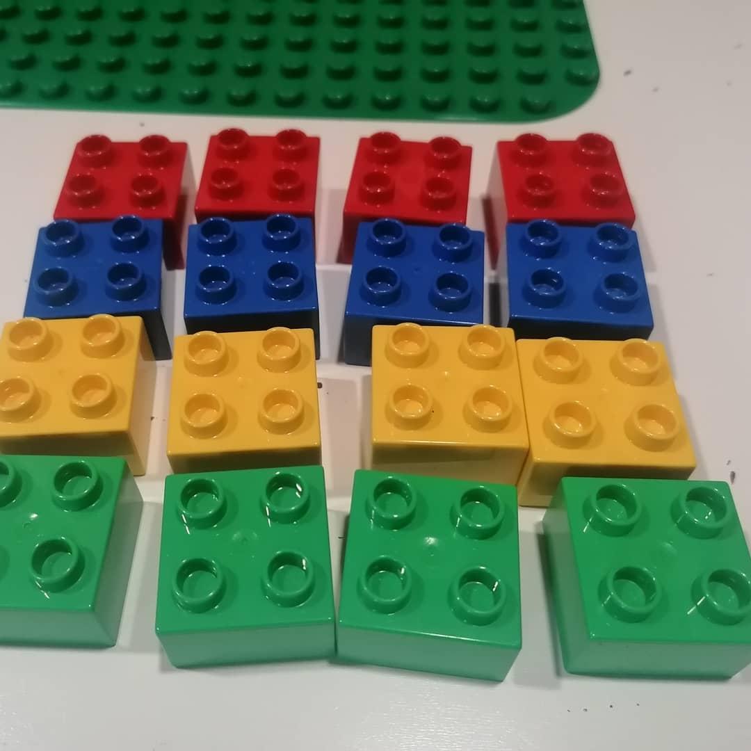 Avui us proposem fer Sudokus amb peces de Lego. Per afegir-li dificultat podeu començar amb menys peces posades d'inici o bé afegir més peces i colors. #johemquedoacasa #jugarenfamilia https://t.co/zSKiJ9TpSO