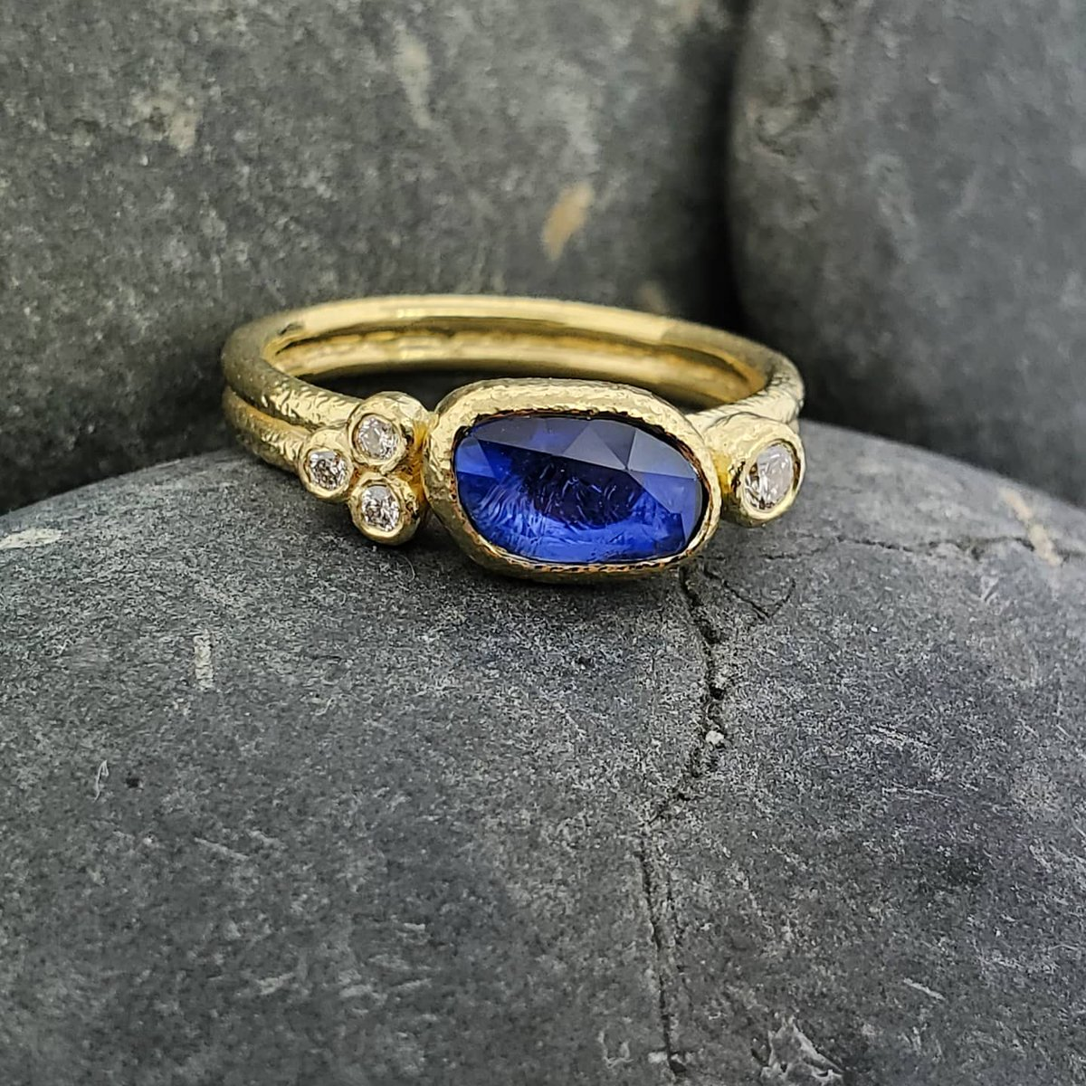 Bluest of blues, this rich free-form sapphire slice feels good surrounded by gold and diamonds. #sapphirering #ancientrings #sapphireengagementringpic.twitter.com/oY23BQ1Ns5