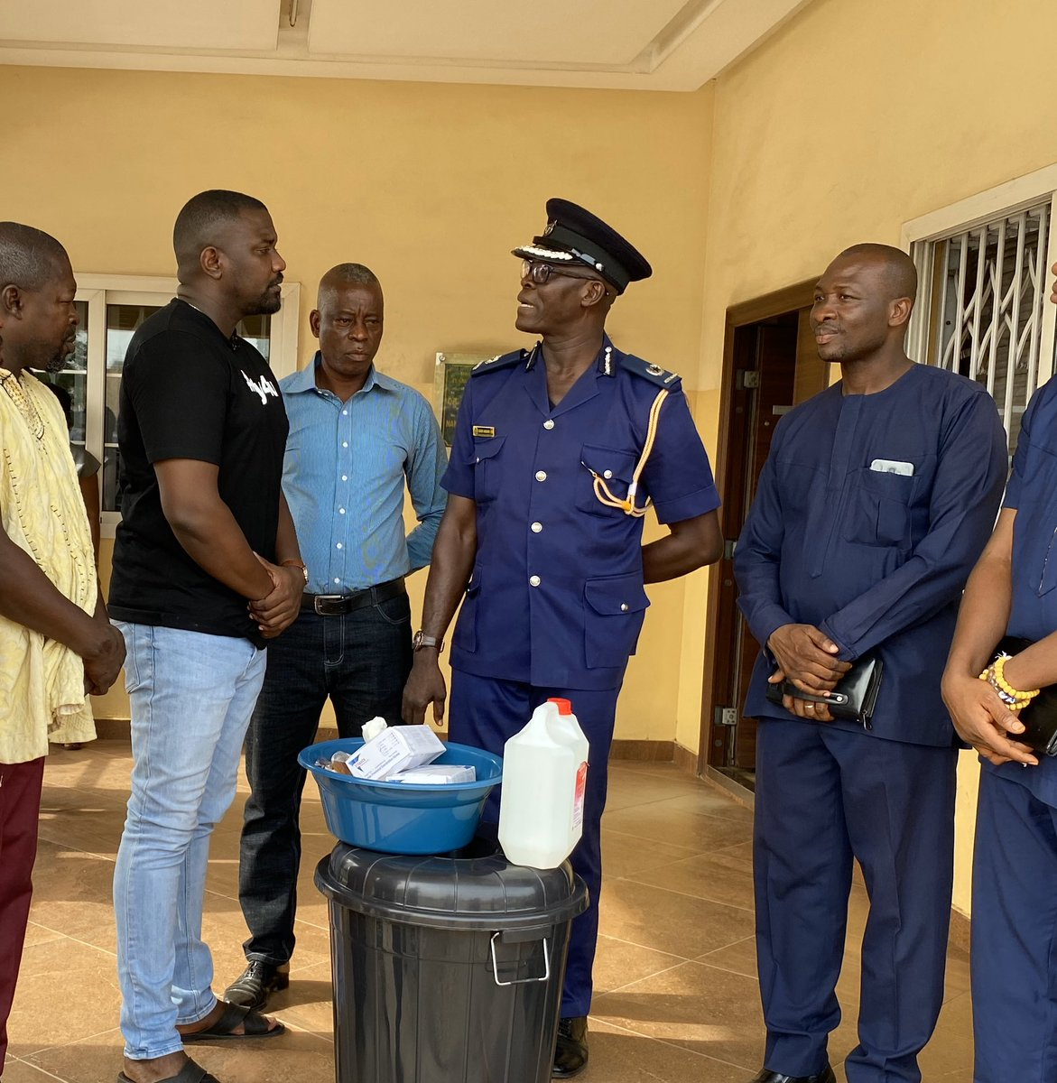 All 5 police stations across the Ayawaso West constituency today received Veronica buckets, hand sanitizers, detergents and hand gloves to help them stay protected against the Corona Virus since they come in contact with people everyday. We need to protect those who protect us. https://t.co/fueUxPynmg