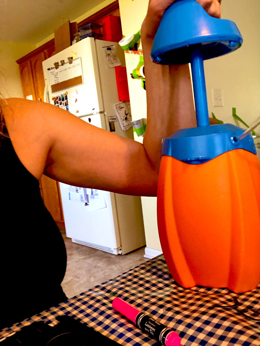 Today's at-home workout brought to you by this ridiculous Deluxe Marker Airbrush Studio contraption   #armday #day4 #coronastaycationing<br>http://pic.twitter.com/lhGC0xqzWF