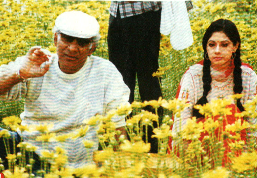 Rare pic #YashChopra with #Sridevi on the sets of #Chandni 1989!  How cute @SrideviBKapoor looks.
